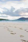 Fotspår i sanden, turquisevattnet och de mäktiga skyesna, Luskentyre, ö av Harris, Skottland Arkivfoto