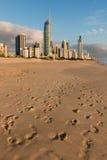 Fotspår i sandig strand på Gold Coast, Australien Arkivfoton