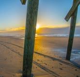 Fotspår och spår på stranden Arkivbilder
