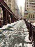 Fotspår på den snö täckte bron över den Lasalle gatabron i Chicago kretsar arkivfoto