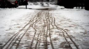 Fotspår på den snöig trottoaren Arkivbilder