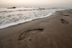 Fotspår på en strand Arkivfoton