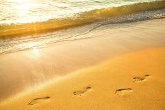 Fotspår på sand arkivbild