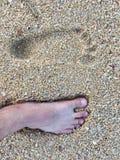 Fotspår på stranden royaltyfri bild