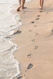Fotspår på stranden fotografering för bildbyråer