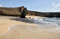Fotspår till en rest upp strandstenblock Arkivfoton