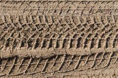 fotspår 4x4 på den leriga jordningen Arkivbild