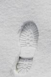 Fotsteg i snön, kängafläckslut upp utomhus- arkivbild