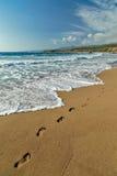 Fotsteg på sanden arkivbild