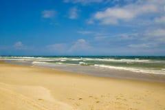 Fotsteg på stranden på en solig dag arkivfoton