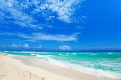 Fotsteg på vit sand och härliga vågor Cancun fotografering för bildbyråer