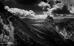 Fotvandra över kanterna av Transylvania Arkivfoton