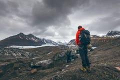 Fotvandra affärsföretag resa den hållande ögonen på glaciären för mannen i Island royaltyfri fotografi
