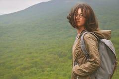 Fotvandra asiatiska kvinnor som går med fotvandra poler och den fotvandra ryggsäcken som ler lycklig det fria i natur Arkivbild
