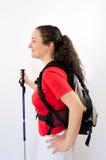 Fotvandra asiatiska kvinnor som går med fotvandra poler och den fotvandra ryggsäcken som ler lycklig det fria i natur Fotografering för Bildbyråer