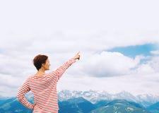 Fotvandra asiatiska kvinnor som går med fotvandra poler och den fotvandra ryggsäcken som ler lycklig det fria i natur Lopp på Dol royaltyfria foton