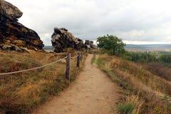 Fotvandra banan på jäkel`-väggen Teufelsmauer i Harz berg Royaltyfri Bild