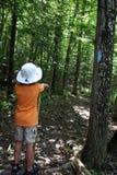 fotvandra barn för pojke Arkivfoton