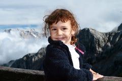 Fotvandra barn i alpsna Arkivfoton