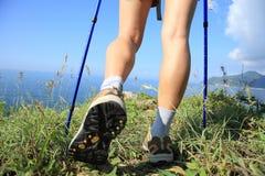 Fotvandra ben som går på sjösidaberget Royaltyfria Bilder