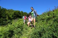 fotvandra berg för familj Arkivfoton