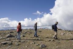 fotvandra bergtoppmöte för familj Royaltyfri Bild