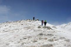 fotvandra bergvinter Resa för folk Fotografering för Bildbyråer