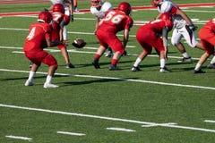 Fotvandra bollen till quarterbacken arkivfoto