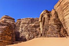 Fotvandra den Barrah Siq för sanddyn dalen av månen Wadi Rum Jordan Arkivbild