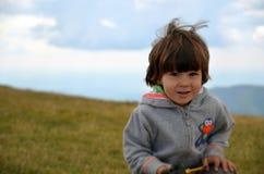 Fotvandra den lyckliga vita pojken Royaltyfri Foto