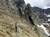 Fotvandra den steniga terrängen av krypta sjöslingan, en brant stigning royaltyfri fotografi