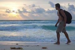 Fotvandra den tropiska stranden Arkivbilder