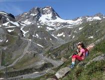 Fotvandra det trekking barnet i fjällängarna, Österrike Royaltyfria Foton