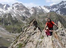 Fotvandra det trekking barnet och fadern i fjällängarna, Österrike Royaltyfri Fotografi