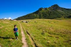 Fotvandra för pojke Fotografering för Bildbyråer