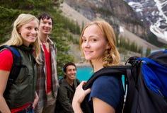 fotvandra för vänner som är utomhus- royaltyfria bilder