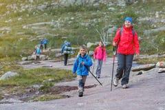 Fotvandra familjen i bergen Arkivfoto