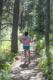 Fotvandra flickan som går i skog Arkivfoto