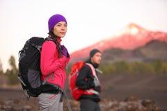 Fotvandra folk på berget Arkivfoto