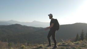 Fotvandra - fotvandrareman på trek med ryggsäcken som bor sund aktiv livsstil Vandring i bergnatur lager videofilmer