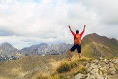 Fotvandra framgång, manlöpare i berg arkivfoto