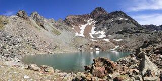 Fotvandra i Aosta Valley Den alpina sjön av Garin placerade i den högväxta Arpisson wallonen Cogne Italien royaltyfri fotografi