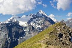 Fotvandra i Aosta Valley i sommar, sikt av den Grivola gruppen från den Tsa Seche sänkan royaltyfria foton