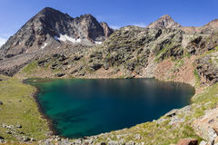 Fotvandra i Aosta Valley, Italien Sikt av den andra sjön av Lussert som stiger in mot den tredje sjön Italienska Alps Royaltyfri Bild