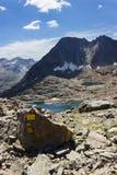 Fotvandra i Aosta Valley, Italien Sikt av den tredje sjön av Lussert från den Laures sänkan Blåttskyen, stillhet bevattnar Arkivfoto