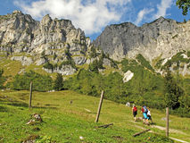 Fotvandra i bergen Fotografering för Bildbyråer