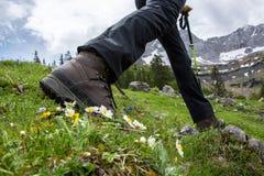 Fotvandra i bergen med att fotvandra kängor Royaltyfri Foto