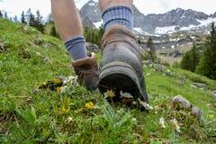 Fotvandra i bergen med att fotvandra kängor Fotografering för Bildbyråer