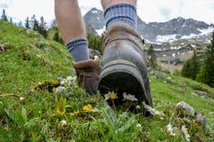 Fotvandra i bergen med att fotvandra kängor Royaltyfria Foton