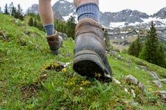 Fotvandra i bergen med att fotvandra kängor Royaltyfri Bild